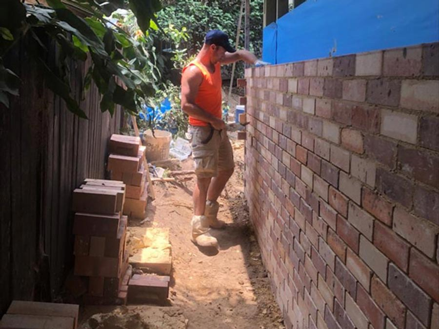 Laying bricks_bricklayer SR Brick and Stonework